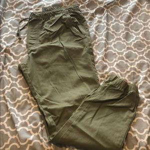 Men's joggers with pockets and cuffed bottoms